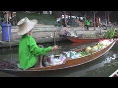 Der Pionier aller schwimmenden Märkte ist Damnoen Saduak. Er bietet eine authentische Erfahrung trotz der zunehmenden touristischen Atmosphäre. Dutzende hölzerner Ruderboote schwimmen durch den Markt. Jedes bis zum Rand frischem Obst und Gemüse oder Blumen beladen. Imbissstände mit Kessel-und Holzkohlegrills füllen die Boote.