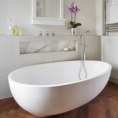 Modern white bathroom with spoon-shaped bath Timeless Bathroom, Modern White Bathroom, Modern Bathtub, Modern Bathroom Design, Bathroom Interior Design, Small Bathroom, Loft Bathroom, Bathroom Laundry, Glass Bathroom