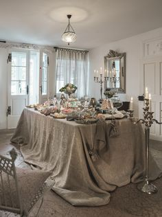 Traditional opulence for a perfect Christmas-Dinner. Palazzo, Table Settings, Curtains, Traditional, Apartments, Tables, Google, Christmas, Home Decor