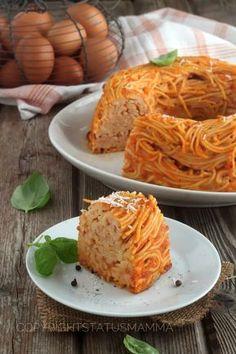 Invece della solita frittata eccovi una maniera facile e gustosa per servire gli spaghetti al forno alla napoletana versione ciambella.