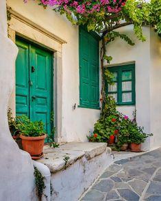 📸 Photo taken by the amazing artist . Road Trip, Wanderlust, Destinations, Cozy Place, Air Travel, Greece Travel, Santorini, Land Scape, Travel Inspiration