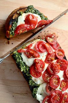 Caprese Pesto Garlic Bread #appetizer #pesto #caprese