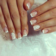 ongles-carrés-motifs-géométriques-sur-des-ongles-carrés-ongles-en-couleur-opaque-manucure-française-avec-une-décoration-deco-ongle-gel
