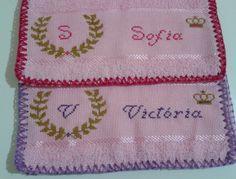 E as pequenas Victória e Sofia estão chegando... Princesinhas!! Toalhinha de mão em ponto cruz!