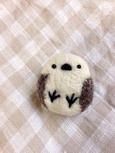 エナガあんよブローチNo.9羊毛フェルトで あんよが見えるエナガのブローチを作りました。縦 約3.5cm 横 約3cm 厚さ 約2cm羊毛フェルト・差込型目玉...|ハンドメイド、手作り、手仕事品の通販・販売・購入ならCreema。