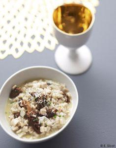 Recette Risotto de crozets aux morilles séchées : Faites bouillir de l'eau et faites-y tremper les morilles 30 mn. Egouttez-les soigneusement, puis faites-les revenir dans 10 g de beurre. Salez et poivrez. Emincez l'oignon et faites-le fondre dans l'huile d'olive. Ajoutez les crozets et mél...