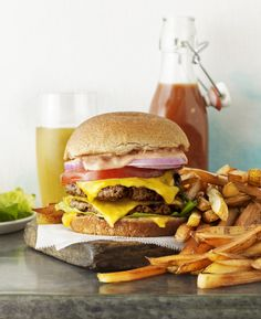 Classic Drive-thru Burger and Fries — Think you can't eat this and still stay on track? Don't miss our favorite burger recipe. Hamburger Meat Dishes, Hamburger Recipes, Beef Dishes, Beef Recipes, Cooking Recipes, Healthy Recipes, Mary Recipe, Burger And Fries, Wrap Sandwiches