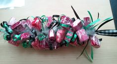 Candy Lei& ~ a nice graduation gift Candy Wreath, Candy Bouquet, Candy Leis, Homemade Gifts, Diy Gifts, Grad Gifts, Starburst Candy, Graduation Leis, Sweet Trees