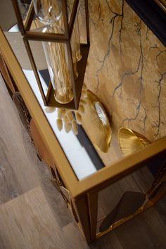 Le plateau miroir de cette console dorée, illuminera votre intérieur ! Salon Art Deco, Style Tropical, Entryway Tables, Console, Furniture, Home Decor, Glass Tray, Home Improvement, Decorating Tips
