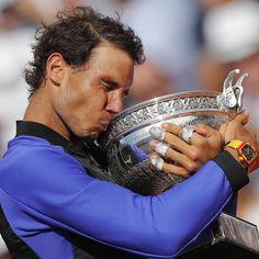 Rafa Nadal ha hecho de nuevo historia en París. El tenista ha ganado su décimo trofeo de Roland Garros. Apoyándole en las gradas su pareja, Xisca Perelló, el Rey Juan Carlos su familia y su gran amigo Pau Gasol, entre otras muchas personalidades. ¡Enhorabuena, Rafa! Eres orgullo del deporte español. #rafanadal #vamosrafa #rolandgarros2017 #paris