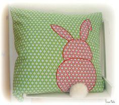 Ein Osterhasen-Kissen (Vorlage Zeitschrift Anna) passend zu der Hasenkette wurde fertig. Wünsch euch einen schönen Tag!