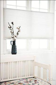 białe plisy - żaluzje plisowane - jasne aranżacje - minimalizm - prostota wykonania - plisy podobne do tych ze sklepu http://sklepzoslonami.pl/systemy-oslonowe/plisy.html