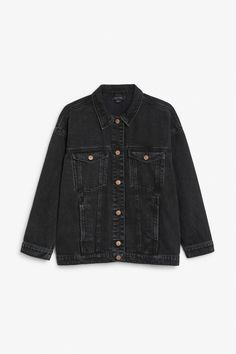 A classic cut denim jacket with signature Monki denim buttons going down the middle and on the two breast pockets which are in addition to the two discreet