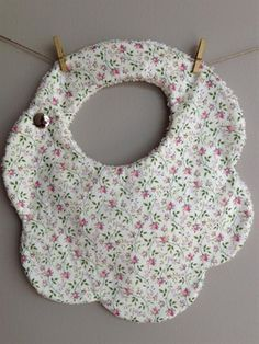 Baby diy to sell shower gifts Ideas Baby Sewing Projects, Sewing For Kids, Sewing Crafts, Sewing Tutorials, Sewing Diy, Couture Bb, Baby Bibs Patterns, Diy Bebe, Bib Pattern