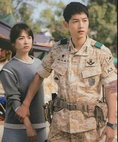 Song Joong-ki as Yoo Shi-jin and Song Hye-kyo as Kang Mo-yeon Descendants of the sun Songsong Couple, Best Couple, Couple Style, Korean Celebrities, Korean Actors, Descendants Of The Sun Wallpaper, Song Hye Kyo Descendants Of The Sun, Decendants Of The Sun, Couple