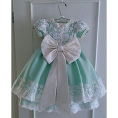 Tem no Blog: Vestidos de festa para bebês Little Dresses, Little Girl Dresses, Girls Dresses, Flower Girl Dresses, Kids Frocks, Frocks For Girls, Frilly Dresses, Cute Dresses, Little Girl Fashion