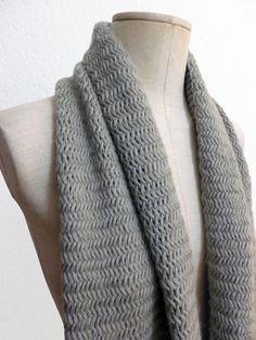 Echarpe en laine beige écru tricot main au point de chevron