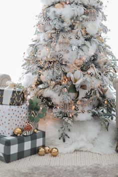 Top 30 Amazing Christmas Tree Designs You Can't Miss Out Rose gold and bush pink flocked Christmas tree; Blue and white Christmas Tree; White Flocked Christmas Tree with Velvet Ribbon; Teal and white Christmas tree. White Xmas Tree, White Christmas Tree Decorations, Frosted Christmas Tree, Christmas Tree Design, Beautiful Christmas Trees, Holiday Ornaments, Flocked Christmas Trees, Christmas Mantles, Xmas Trees