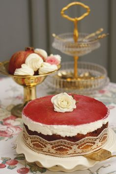 Piroska torta Csokis és fehér kevert piskóta, meggyel megszórva. Szépsége a szabálytalanságában rejlik. Egy könnyed túrókrém és egy filigrán meggyzselé koronázza. Pont így jó, ahogy van. Már csak enni kell és örülni.  Neked Cake Budapest