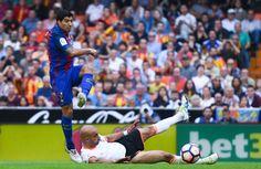 Luis Suárez dispara a puerta ante Aymen Abdennour para materializar el empate.