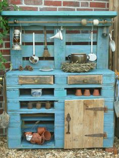 amazing uses for old pallets creative ideas pinterest pallets gardens and bench. Black Bedroom Furniture Sets. Home Design Ideas