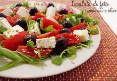 L'insalata di feta pomodorini e olive con rucola è un contorno sfizioso da preparare quando la voglia di mettersi ai fornelli è poca per una cena sfiziosa..