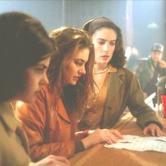 Audrey, Shelly, and Donna piece together the letter from Windom Earle - Twin Peaks