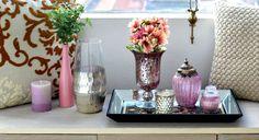 Detalhe de decoração em aparador. Os tons neutros ganham vida com flores e objetos em rosa e prata. Veja dicas de como combinar essas cores em nosso blog.🌿🏠#lilianazenaro #lilianazenarointeriores #aparador #bandeja #rosaquartz #cinza #reforma #reformaresidencial #decoracao