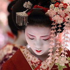 Lovely Geisha at work.  I need someone to do my hair like this just once...