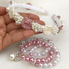 Nenhuma descrição de foto disponível. Baby Jewelry, Beaded Jewelry, Handmade Jewelry, Beaded Bracelets, Flower Girl Headbands, Fabric Headbands, Pearl Headband, Diy Headband, Diy Hair Accessories