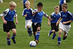 le gusta jugar al futbol