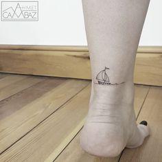 . . Früherer Cartoonist designed wundervolle Micro-Tattoos Ahmet Cambaz war sieben Jahre lang Cartoonist bei einer Zeitung in Istanbul. Seine Frau brachte ihn 2013 auf die Idee Tätowierer zu werden. Von da an schlug sein Herz tagein, tagaus für die kreative Vielfalt der Tattoo-Kunst. Seine feine…