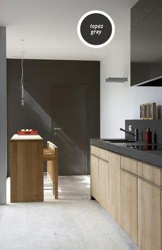 Je geeft een strak en modern interieur warmte door te werken met het Topaz palet van ONE, de grijzen met een puntje geel.  Door de deur dezelfde kleur te geven valt deze weg in de grijze wand.