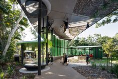 Australian firm Wilson Architects has added a meandering covered walkway to the campus of James Cook University in Townsville, which incorporates a polished aluminium soffit to reflect views of the landscape. Education Architecture, Architecture Awards, Landscape Architecture, Landscape Design, Mirror Ceiling, Mirror Mirror, Mirrors, Outdoor Learning Spaces, Covered Walkway