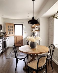Boho Living Room, Small Dining, Dining Room Design, Dining Nook, Dining Tables, Cheap Home Decor, Kitchen Decor, Eat In Kitchen Table, Black Kitchen Chairs