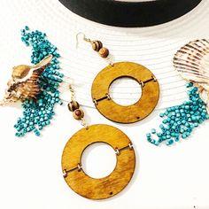 Ξύλινη κύκλοι και ξύλινες χαντρες συνθέτουν ένα όμορφο boho αξεσουάρ το οποίο ειναι παρά πολύ ελαφρή,για τις καλοκαιρινές σου εμφανίσεις. Symbols, Letters, Boho, Earrings, Ear Rings, Stud Earrings, Ear Piercings, Letter, Bohemian