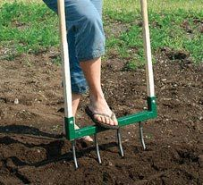 How To Use a Broadfork (instead of digging garden beds). As an organic landscaper Im very conscious of soil structure and the reasons why we shouldnt destroy it. Here are some facts and tips to help you maintain the health of your soil. Growing Greens, Growing Plants, Garden Projects, Garden Tools, Farm Projects, Dig Gardens, Soil Layers, Weed Seeds, Plastic Design