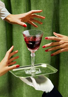 The Baccarat Wine Therapy set is your best ally for sharing moments with friends and enjoy a great party. A glass for each personality.