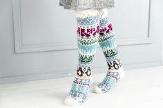Merja Ojanperän We love winter -kirjoneulesukat | Meillä kotona Knitting Wool, Fair Isle Knitting, Knitting Socks, I Love Winter, Stocking Tights, Wool Socks, Sock Shoes, Leg Warmers, Mittens