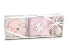 Scatola contenente: un'elegante bottiglia di profumo da 10 ml., cuscino in piquet rosa con 5 confetti e gesso bimba profumato, sagoma grande profumata con placca in argento.