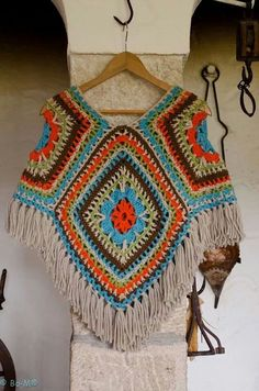 Would you wear this crocheted poncho? Would you wear this crocheted poncho? Poncho Crochet, Crochet Bolero, Crochet Scarves, Crochet Clothes, Wool Poncho, Scoodie, Crochet Gratis, Crochet Accessories, Crochet Projects