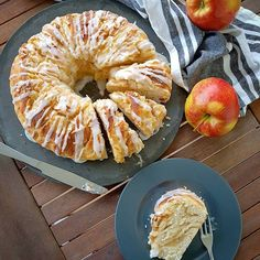 Supersofter Apfel-Mandel-Hefekranz :: Bella-cooks-and-travels Baker Shop, Claudia S, Some Recipe, Pampered Chef, Marzipan, Cake Cookies, Fall Recipes, Bagel, Nom Nom