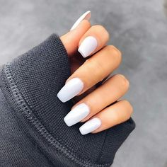 False nails have the advantage of offering a manicure worthy of the most advanced backstage and to hold longer than a simple nail polish. The problem is how to remove them without damaging your nails. Perfect Nails, Gorgeous Nails, Pretty Nails, Faux Ongles Gel, Milky Nails, White Nail Designs, Best Acrylic Nails, Manicure E Pedicure, Dream Nails