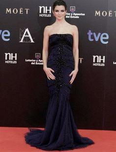 Vestido de corte sirena azul noche con aplicaciones glitter en negro