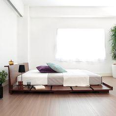 天然木仕様の、シンプルでスタイリッシュなロータイプベッド「Vega」。サイズ違いの布団やマットレスを置いて、サイドテーブル付きベッドとしてお使いいただけます。