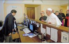 """""""La foto del momento en el que el Papa paga la cuenta del hotel que le albergó antes del Cónclave"""" P Juan Ruiz Jorge"""