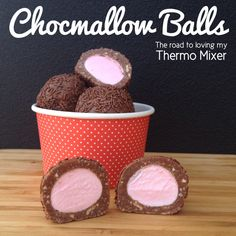 Chocmallow Balls - made quickly and easily in your thermomix or bellini. Yummy Treats, Delicious Desserts, Sweet Treats, Yummy Food, Christmas Treats, Christmas Baking, Dog Food Recipes, Cooking Recipes, Christmas Recipes