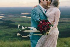 7 indicações incríveis de fotógrafos para casamento que a gente ama. Fotografia: Duo Borgatto. Buque de noivas vermelho e verde, em um casamento no campo.. Vestido de noivas de renda e véu