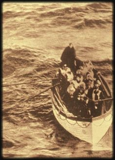 Survivors of the Titanic row to the Carpathia, 1912 I have never seen any pictures showing survivors before they were rescued by the Carpathia. Really cool historical pic. Rms Titanic, Titanic Ship, Titanic Wreck, Titanic Photos, Belfast, Old Pictures, Old Photos, Jolie Photo, Interesting History