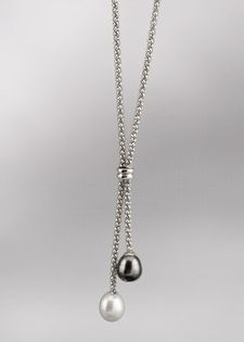 I love the black/white combination of this simple necklace